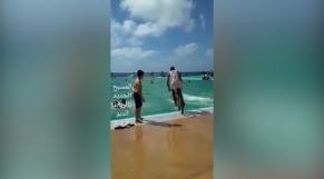 Cover_Vidéo: Vidéo.un jeune en vélo plonge dans la piscine municipale de Rabat