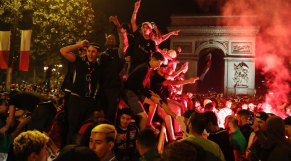 Des supporters de l'Algérie sur les Champs-Élysées, le 14 juillet 2019