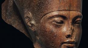 Le portrait sculpté du jeune pharaon Toutankhamon