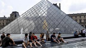 Paris canicule Louvre