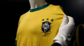 Un maillot de Pelé vendu 30.000 euros aux enchères