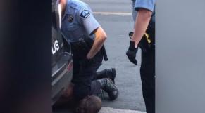 Un officier de police s'est agenouillé sur le cou de George Floyd alors qu'il était menotté (USA)