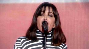 Jenifer interprète l'hymne national américain à la télévision française