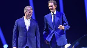 PDG de Fiat Chrysler Automobiles (FCA), Michael Manley (à gauche), et le président de FCA, John Elkann, futur dirigeant de Stellantis