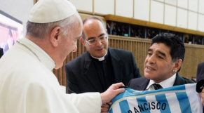 Le pape François et Diego Maradona.