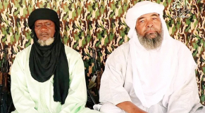 Iyad Ag Ghali (à droite), leader du GSIM, une coalition de cinq groupes terroristes, et Amadou Koufa, leader de la Katiba Macina.