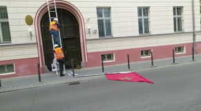 cover vidéo :trois individus profanent le drapeau national marocain en Allemagne