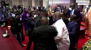 Vidéo: Pourquoi les députés du Parlement de l'Union africaine à Johannesburg en sont venus aux mains