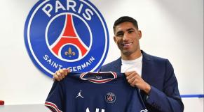 Achraf Hakimi avec le maillot du Paris Saint-Germain.
