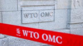 Un panneau sur la façade du siège de l'Organisation mondiale du commerce (OMC) à Genève