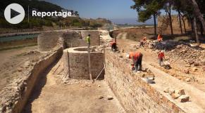 Cover Vidéo -  هكذا يتم ترميم سور الباربكان التاريخي بالقصر الصغير