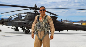 le colonel Samit, premier Marocain à réaliser un vol à bord d'un hélicoptère Apache AH-64