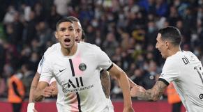 Achraf Hakimi célèbre un but contre Metz, le 22 septembre 2021, entouré de Neymar et d'Angel Di Maria.