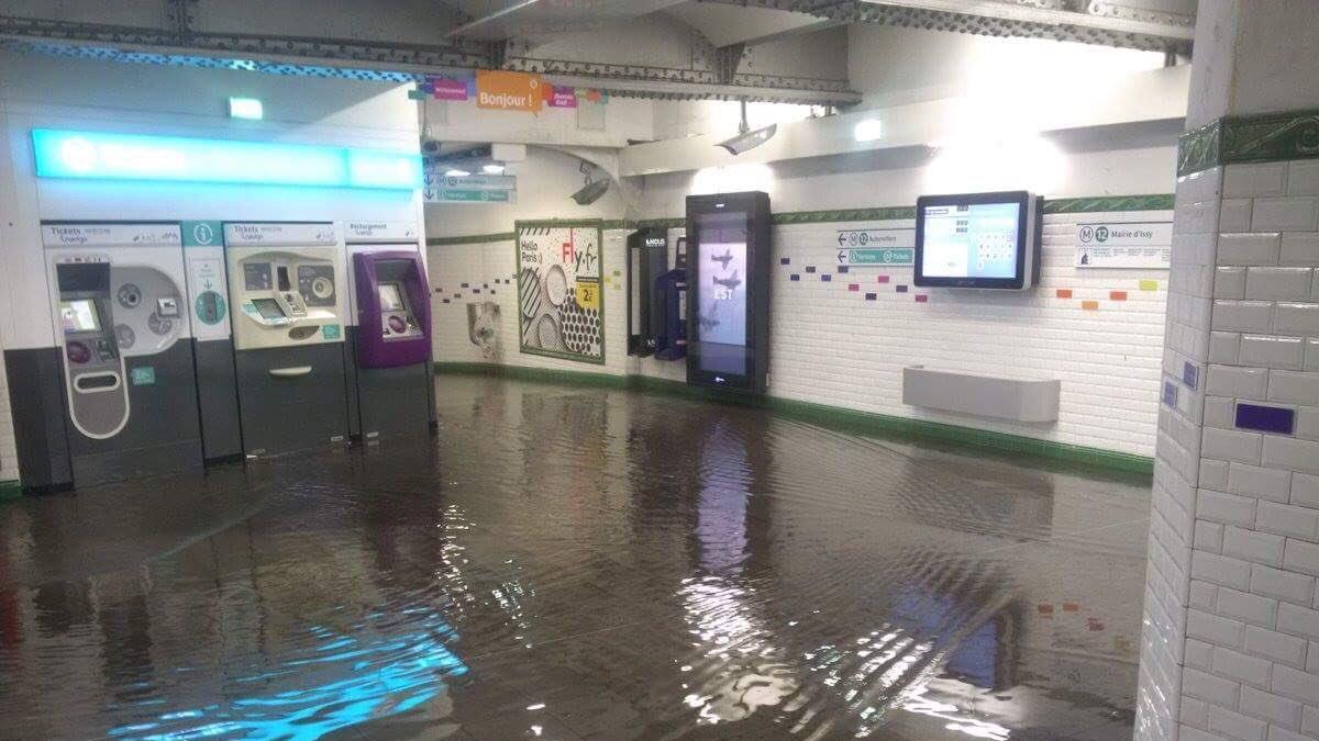 Vid o inondations dans le m tro parisien quand le passe for Tout prend son sens dans le miroir