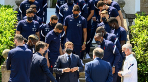 Emmanuel Macron rend visite à l'équipe de France.