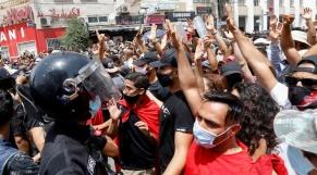 Vidéos. Tunisie: un militant d'Ennahdha pousse dans le vide un manifestant qui réclame la dissolution du Parlement
