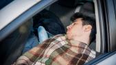 Homme dort dans sa voiture