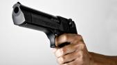 homme armé d'un pistolet
