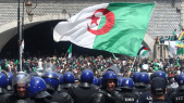 Les Algériens dans la rue