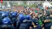 Vidéo. Algérie: les policiers reculent face aux manifestants