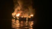 Bateau de tourisme en flammes