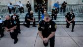 Les policiers américains, genou à terre