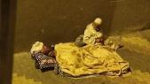 Couple de personnes âgées dormant dans la rue