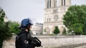Policier devant Notre-Dame