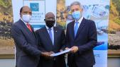 Lors de la signature de l'accord, le dimanche 23 mai à Nairobi. De g à d: Hon Jared Kangwana, PDG du groupe Kamu; Richard Omwela, président de Monarch Insurance et Mohamed Hassan Bensalah, PDG du groupe Holmarcom.