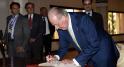 Juan Carlos signe le livre d'or de la ville